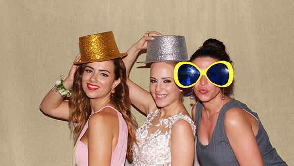 Όμορφες κοπέλες φοράνε αξεσουάρ photo booth